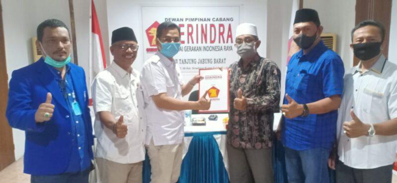 FOTO : Faizal Riza, ST, MM ketua DPC Gerindra Tanjung Jabung Barat Menyerahkan SK B1 KWK kepada UAS di Kantor Sekretariat DPC Gerindra Jalan Sudirman, Kuala Tungkal, Sabtu (05/09/20)