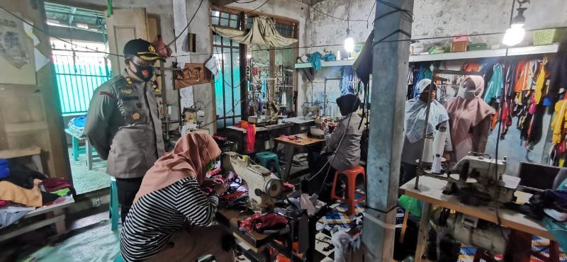 FOTO : Dokumen Kegiatan Porlres Tanjabbar dalam Aksi GEBRAKKAN di Penjahit Arshenta Kuala Tungkal, Kamis (10/09/20)