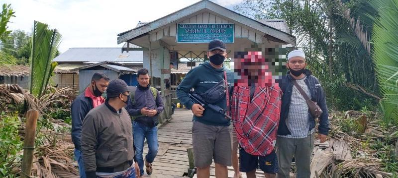 FOTO : Pelaku SY Digelandan Polsek Tungkal Ilir pada Saat Penangkapan, Jumat (11/09/20) Lalu.