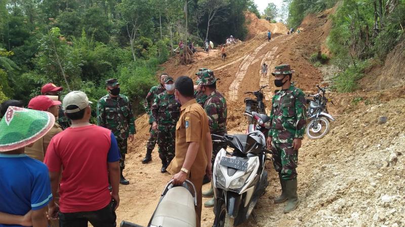 FOTO : Dandim 0417/Kerinci, Letkol Czi Fitriadi saat meninjau lokasi TMMD 109 di Desa Sungai Langkap Kecamatan Siulak Mukai, Kabupaten Kerinci, Senin (14/09/20)