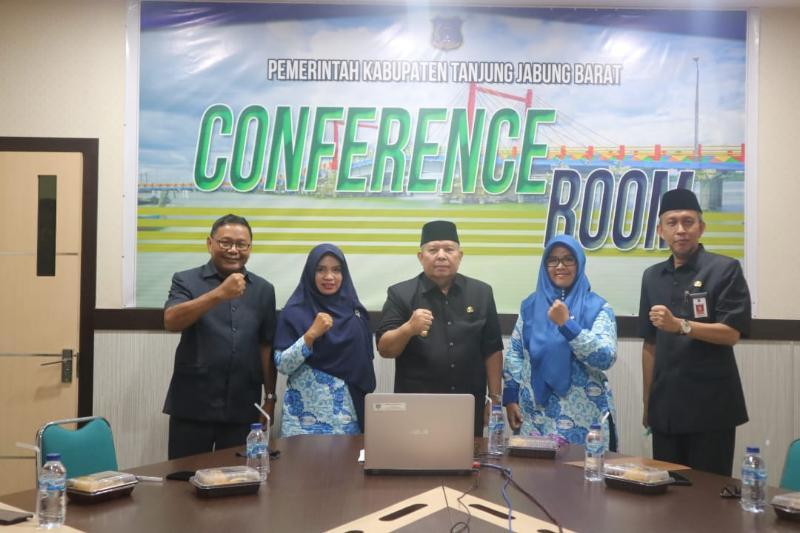 FOTO : Bupati Tanjung Jabung Barat Dr. Ir. Safrial, MS Buka Workshop Daring di Ruang Rapat Bupati, kamis (17/19/20).