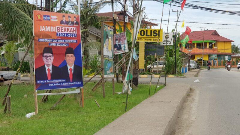 FOTO : Sejumlah Atrubut Sosialisasi Bacalon Pilkada 2020 di Kira Kuala Tungkal, Tanjab Barat