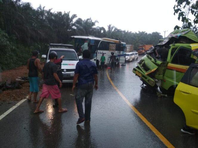 FOTO : Lakalantas Bus Kita Bersama beradu muka dengan truk tangki di Jalan Lintas Timur Jambi-Riau KM 82 Merlung, Jumat (25/09/20).