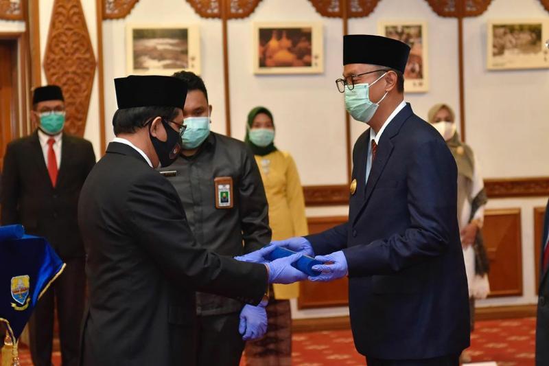FOTO : Pjs. Gubernur Jambi Restuardy Daud Sugeha Saat Kukuhkan Pj Bupati Bungo dan Tanjung Jabung Timur, Senin (28/09/20).