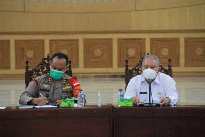 FOTO : Bupati Tanjung Jabung Barat, Dr. H. Safrial menggelar rapat Satuan Gugus Tugas P2 Covid-19 di Balai Pertemuan Kantor Bupati, Rabu (30/09/20).