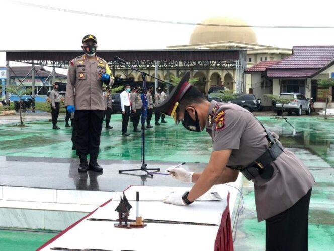 FOTO : Penandatangan Berita Acara serah terima jabatan Wakapolres Kompol Wirmanto Dinata, S.Ag, MM di lapangan Mapolres Tanjab Barat, Senin (01/10/20)