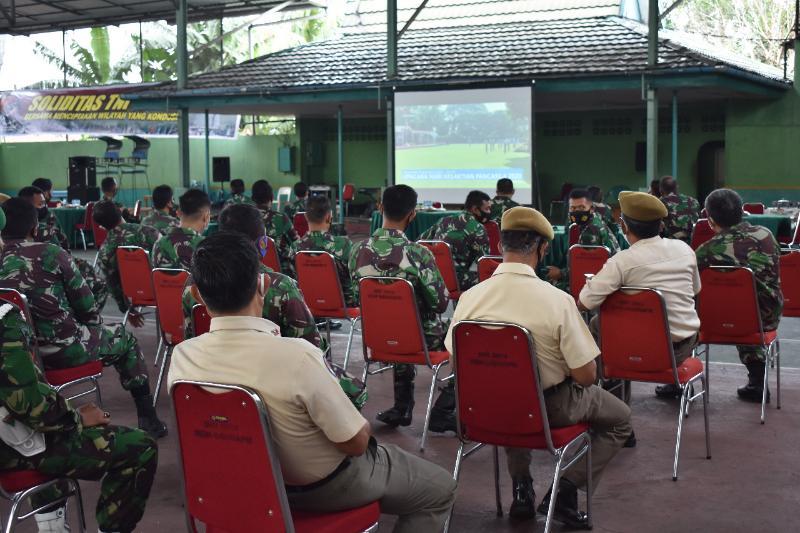 FOTO : Korem 042/Gapu mengikuti Upacara Peringatan Hari Kesaktian Pancasila secara virtual di lapangan Tenis makorem 042 Gapu, Kamis (01/10/20).