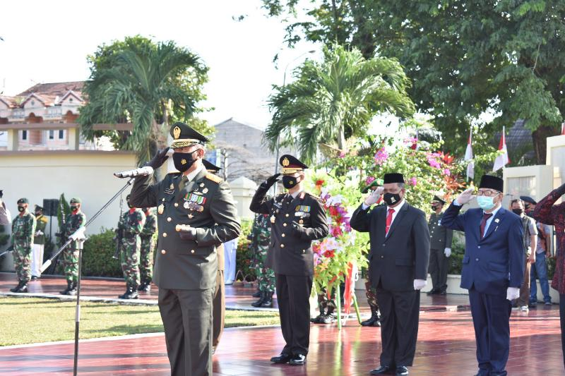 FOTO : Danrem 042/Gapu, Brigjen TNI Zulkifli memimpin Upacara Ziarah Nasional dan Tabur Bunga di Taman Makam Pahlawan (TMP) Satria Bhakti Kota Jambi, Jumat (02/10/20)