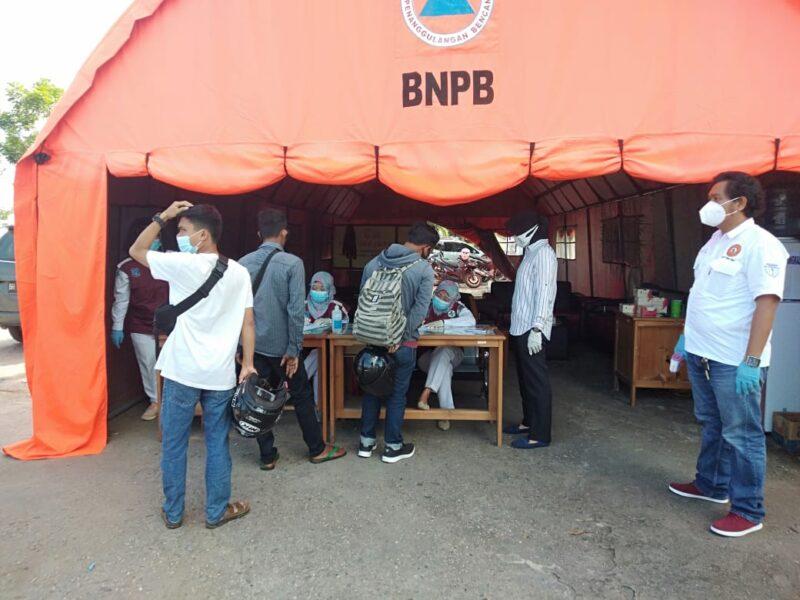FOTO : Petugas Melakukan Penjagaan dan Pemeriksaan setiap warga yang akan masuk ke Kuala Tungkal di Pos Terminal Pembengis, Rabu (07/10/20).