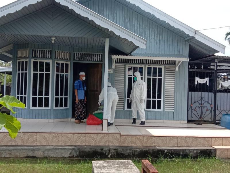 FOTO : Satgas Ber ADP Lengkap Menyerahkan Bantuan Sembako di Rumah Ir. H. Taharuddin, Jumat (09/10/20).