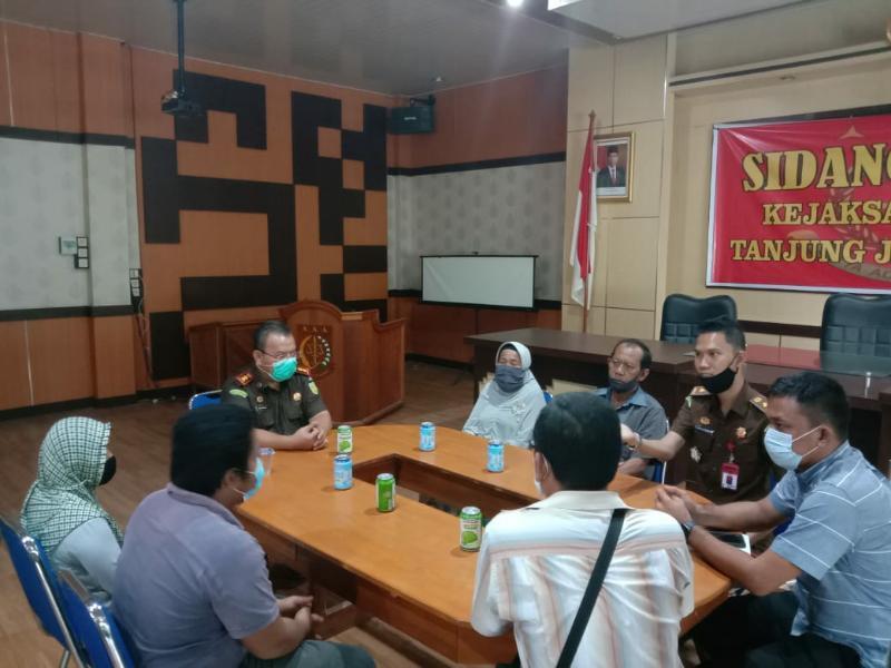 FOTO : Pelaksanaan Penyelesaian Perkara di Aula Utama Kantor Kejari Tanjab Barat, Selasa (20/10/20).