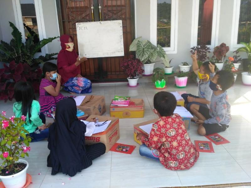 FOTO : Kondisi Belajar Anak-anak yang diberikan oleh Ibu Suparti di Emper Rumah
