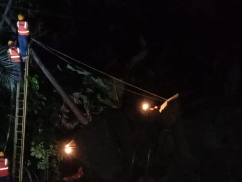 FOTO : Petugas PLN Tengah Melakukan Perbaikan Malam Ini agar Bisa Menyala Normal