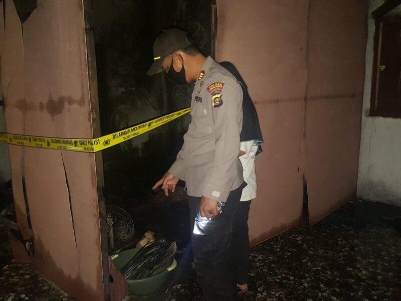 FOTO : Kapolsek Betara AKP S Harefa, SE, MM di TKP Rumah yang Terbakar.