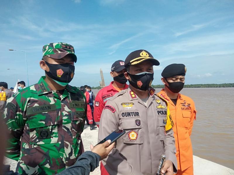 FOTO : Kapolres Tanjabbar AKBP Guntur Saputro, SIK, MH saat Diwawancarai di Kuala Tungkal, Senin (2/11/20)