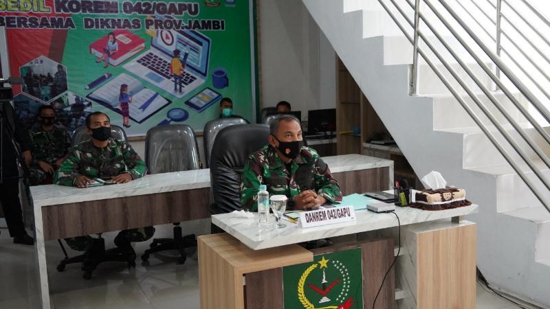 FOTO : Danrem 042/Gapu, Brigjen TNI M. Zulkifli Saat Mengikuti Pelatihan Kehumasan via Daring, Senin (02/11/20)
