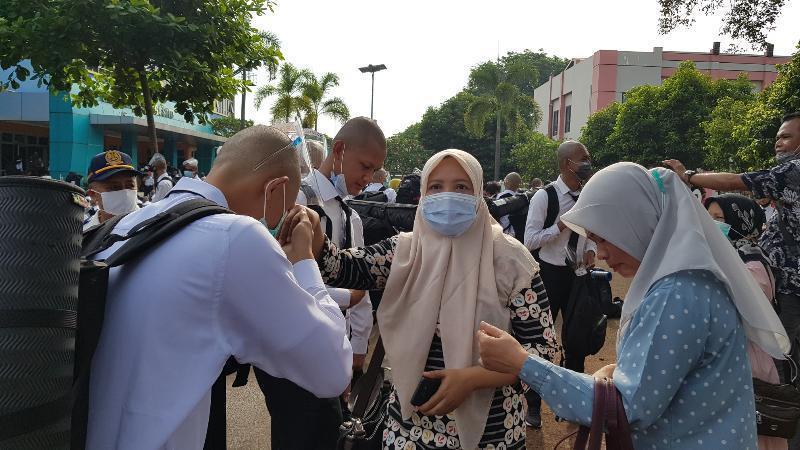 FOTO : Catar dan Orang Tua Ketika Berpisah di Kampus STTD Bekasi, Sabtu (07/11/20)