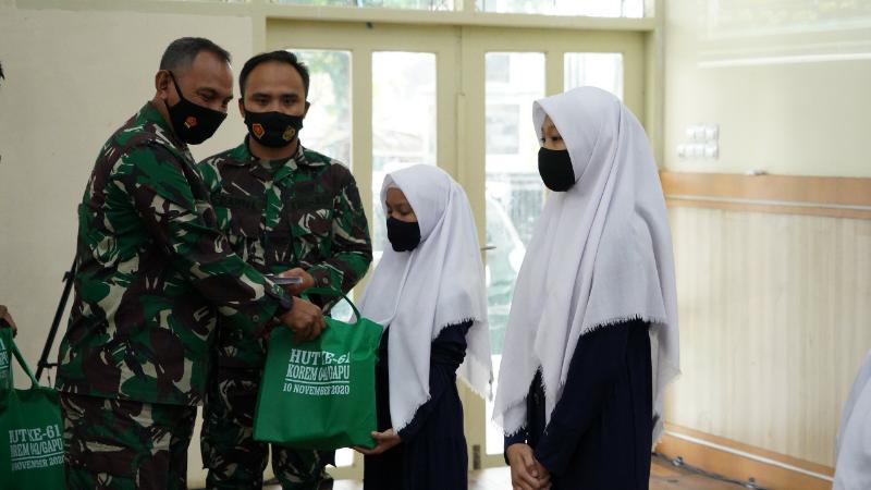 FOTO : Danrem 042/Gapu Brigjen TNI M Zulkifli ketika Memberikan Bingkisan Santunan pada Anak Yatim, Selasa (10/11/20)