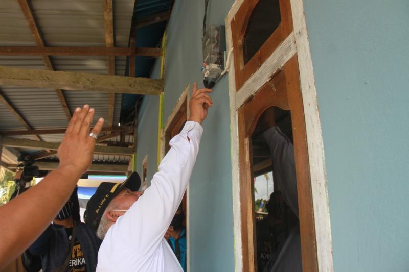 FOTO : Bupati Tanjab Barat Dr. H. Safrial pada Acara Resmikan Operasional Jaringan Listrik 19 Desa di 3 Kecamatan di Pusatkan di Desa Lumahan, Kecamatan Senyerang Rabu (11/11/20).