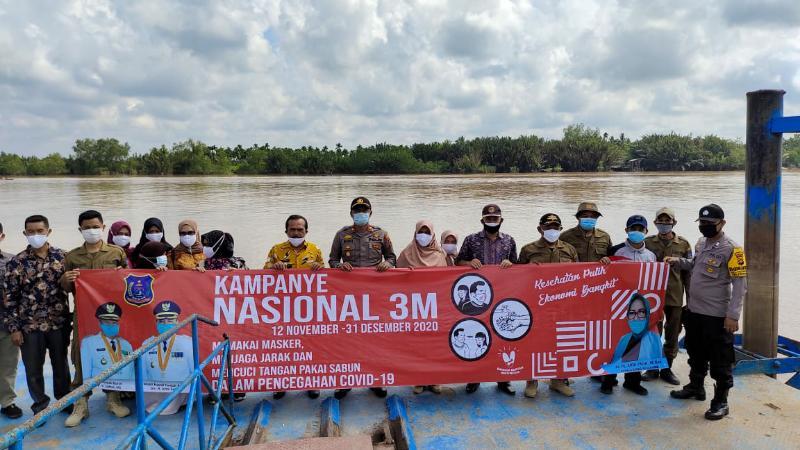 FOTO : Polsek Pengabuan terus galakan kampanye 3 M sekaligus membagukan masker kepada masyarakat di wilayah Kecamatan Pengabuan dan Kecmatan Senyerang, Kamis (12/11/20).