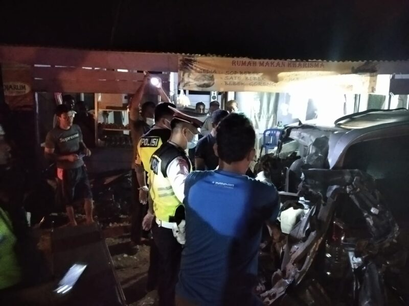 FOTO : Lakalantas Innova Menabrak Fuso Parkir di wilayah Tanjab Timur, Jambi, Jumat malam (27/11/20).