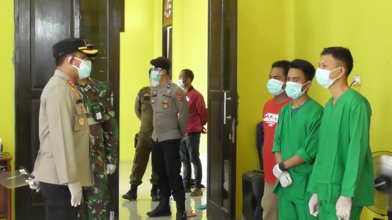 FOTO : Kapolres Tanjab Barat AKBP Guntur Saputro, SIK, MH Saat Lakukan Pengecekan Ruang Isolasi Pasien Covid-19 di Balai Adat Tanjab Barat, Minggu (29/11/20).