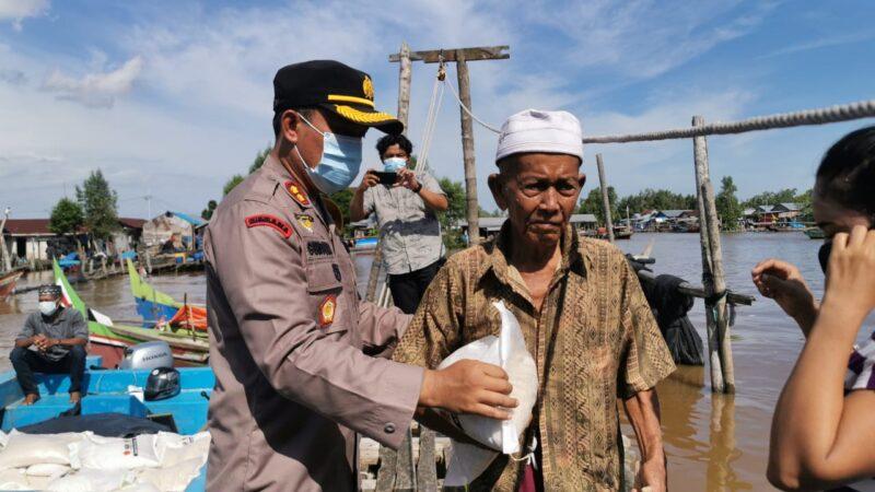 FOTO : Kapolres Tanjab Barat AKBP Guntur Saputro SIK, MH Ketika Memimpin Bansos Penyaluran Bantuan Beras, Senin (30/11/20).