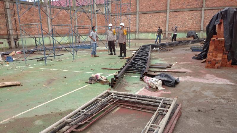FOTO : Kapolres AKBP Guntur Saputro, SIK, MH Ketuka Meninjau Progress Pembangunan Rehabilitasi Hall Badminton Polres Tanjab Barat, Senin (30/11/20).