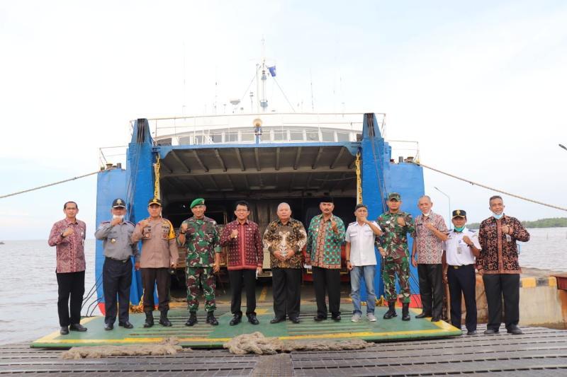 FOTO : Pjs Gubernur Jambi, Ir Restuardy Daud Saat Meninjau Pelabuhan Roro Kuala Tungkal, Kamis (03/12/20).