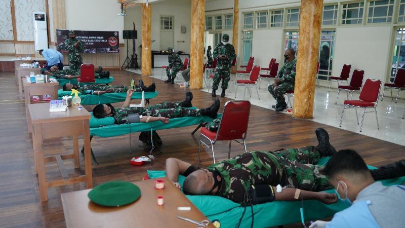 FOTO : Memperingati Hari Juang Kartika Tahun 2020, Korem 042/Gapu Jambi menggelar aksi peduli kasih berupa donor darah bekerjasama dengan Denkesyah 02.04.02 Jambi, PMI Provinsi Jambi, Jum'at (04/12/20).