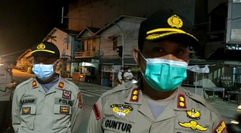 FOTO : Kapolrea AKBP Guntur Saputro saat memantau penertiban APK di Kuala Tungkal, Sabtu malam.
