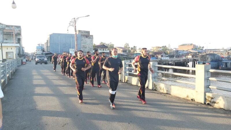 FOTO : Kapolres Tanjab Barat AINP Guntur Saputro, SIK, MH lakukan olahraga lari bersama BKO Brimob Polda Aceh, Sabtu (12/12/20).