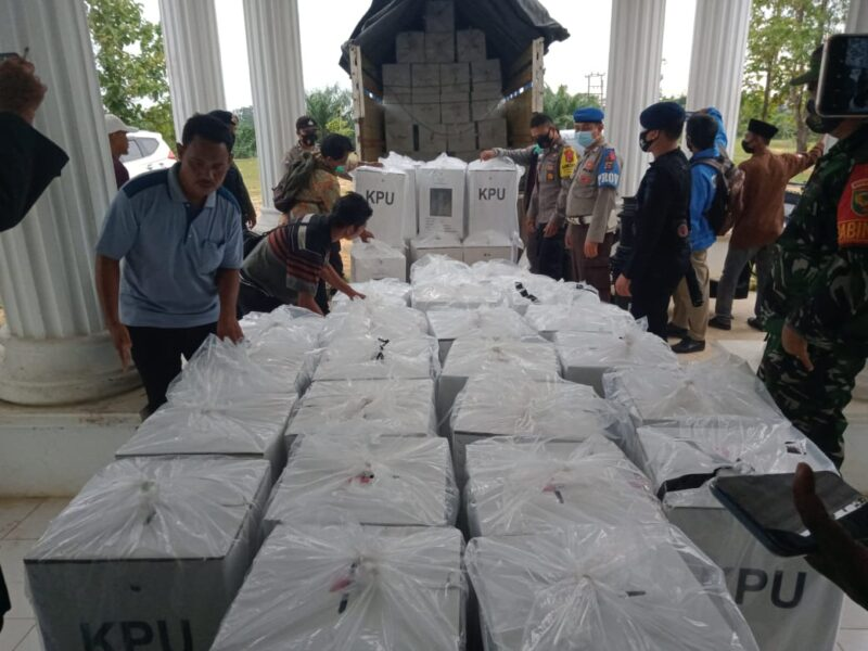 FOTO : Logistik Pilkada dari PPK dikembalikan ke KPU Tanjab Barat