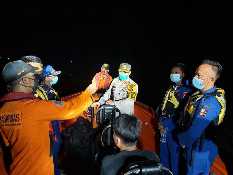 FOTO : Kegiatan evakuasi penyelamatan Nelayan Tabrakan Tongkang dipimpin langsung Kapolres Tanjab Barat AKBP Guntur Saputro, SIK, MH