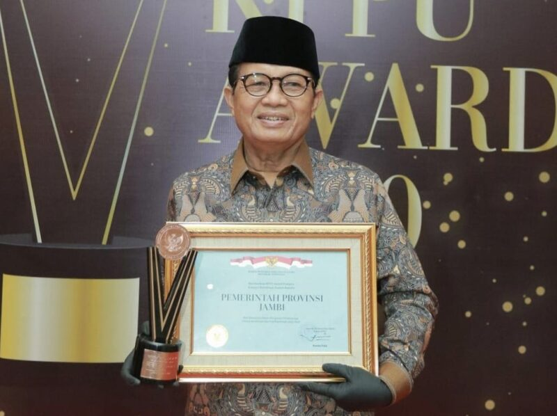 FOTO : Gubernur Jambi H. Fachrori Umar saat MenerimaPenghargaan KPPU Award di The Westin Hotel, Jakarta Pusat, Selasa (15/12/20).