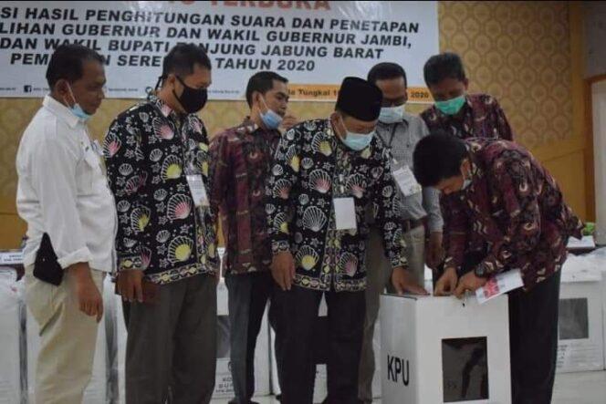 FOTO : Dokumentasi KPU Tanjab Barat Saat Pleno Terbuka Rekapitulasi dan penetapan hasil penghitungan suara Pilkada Tanjab Barat 2020, Kamis (17/12/20)