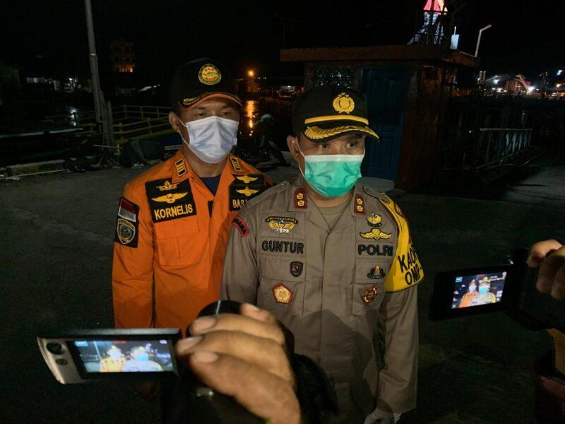 FOTO : Kapolres Tanjab Barat AKBP Guntur Saputro, SIK, MH didampingi Kepala Ops Basarnas Kornelis, S.Pd Memberikan Keterangan Kepada Wartawan, Jumat (18/12/20) malam.