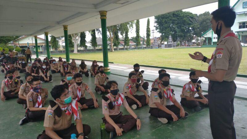 FOTO : Pengarahan Satuan Karya (Saka) Wira Kartika Korem 042/Gapu Tengang Lima Krida kepada Pramuka yang baru bergabung dengan Saka Wira Kartika (SWK), di Tribun Makorem, Sabtu (19/12/20).