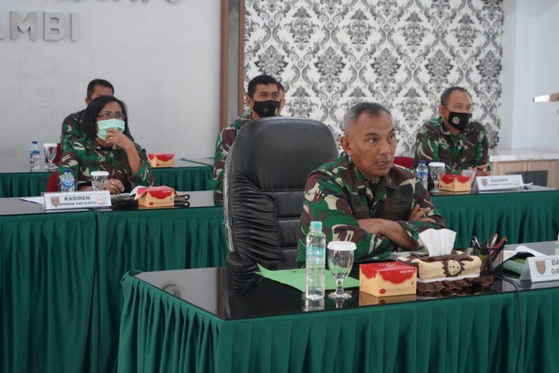 FOTO : Danrem 042/Gapu Brigjen TNI M. Zulkifli pimpin Rapat Evaluasi Pelaksanaan Program Kerja dan Anggaran Korem 042/Gapu Tahun 2020 secara virtual, Rabu (30/12/20)