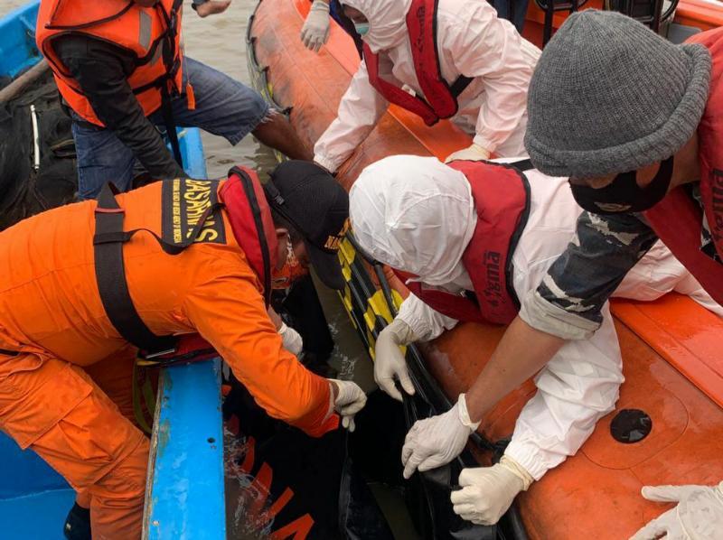 FOTO : Tim SAR Saat Melakukan Evakuasi Korban di Perairan Kuala Kerang, Jumat (01/01/20)