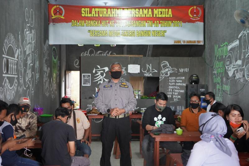 FOTO : Merayakan Hari Ulang Tahun (HUT) Penerangan TNI-AD ke 70, Penrem 042/Garuda Putih menyelenggarakan syukuran bersama media, Rabu (13/01/21).