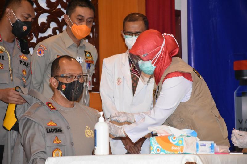 FOTO : Kapolda Jambi Irjen Pol A Rachmad Wibowo Saat Disuntik Vaksin Covid-19 di Provinsi Jambi, Kamis (14/01/21).