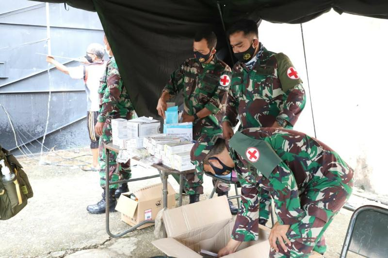 FOTO : Prajurit TNI Dirikan Tenda Pengungsian dan Yankes Untuk Korban Gempa di Mamuju, Minggu (17/01/21)