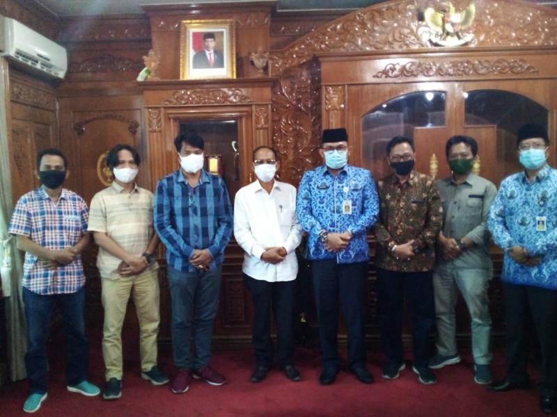 FOTO : Sekda Provinsi Jambi, H. Sudirman saat Menerima Panitia Peringatan HPN 2021 PWI Provinsi Jambi di ruang kerjanya Senin (18/01/21).