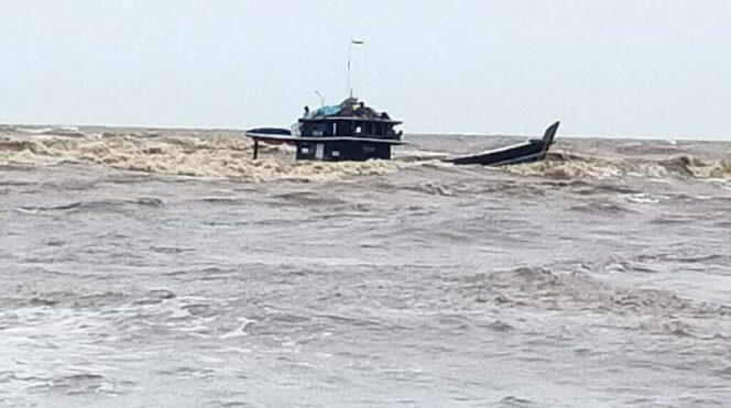 FOTO : Kapal Bermuatan Sawit Tenggelam di Perairan Tanjab Timur/Ist.