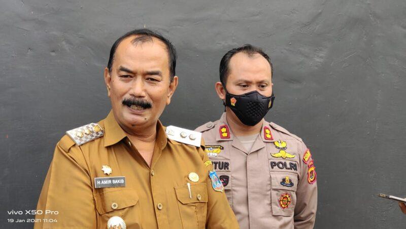 FOTO : Wabup H. Amir Sakib didampingi Kapolres AKBP Guntur Saputro, SIK, MH saat Wawncarai Wartawan di Hall Batminton Mapolres Tanjab Barat, Selasa (19/01/21).