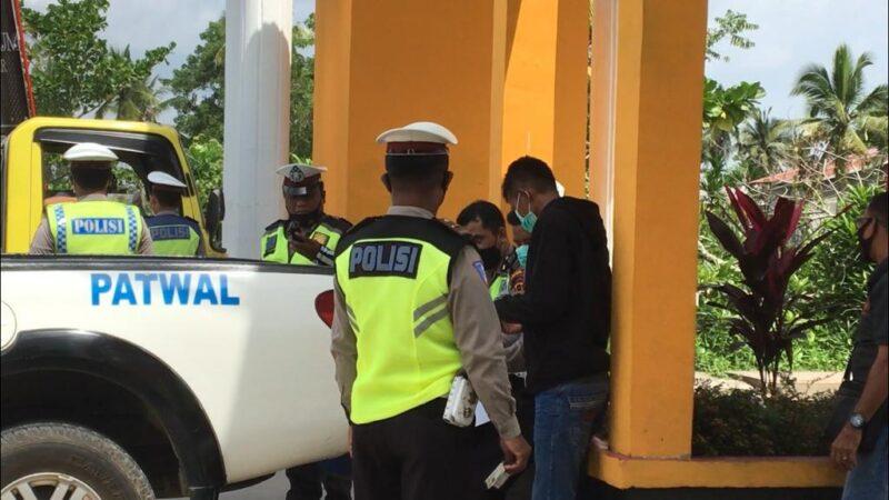 FOTO : Polres Tanjab Barat Gelar Operasi Yustisi dipimpin Kasatlantas Polres Tanjabbar, AKP Devita di Gerbang Pintu masuk Kuala Tungkal, Minggu (24/01/21).