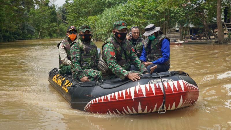 FOTO : Danrem 042/Garuda Putih Brigjen TNI M. Zulkifli bersama Kepala Dinas Kehutanan dan Kepala BPBD Saat Menyusuri Sungai Kumpeh melintasi Kec. Kumpe Ulu dan Kec. Kumpe Ilir Kab. Muaro Jambi, Senin, (25/01/21).