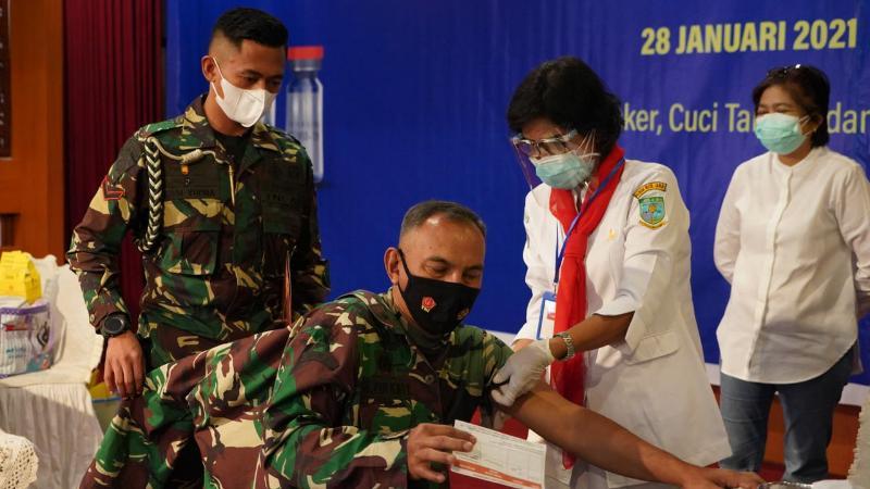 FOTO : Danrem 042/Gapu Brigjen TNI M. Zulkifli Mengikuti Vaksinasi Covid-19 Tahap Kedua di Auditorium Rumah Dinas Gubernur Jambi, Kamis pagi (28/01/21).