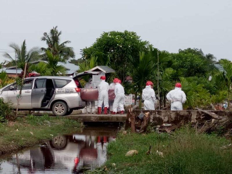 FOTO : Proses Pemakaman H. Syaifuddin Anggota DPRD Tanjab Barat di TPU Keramat Kuala Tungkal, Minggu (31/01/21)
